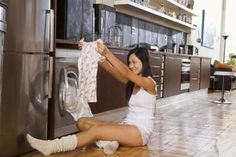 Homemade laundry degreasers boost the cleaning power of standard detergents. Cleaning Recipes, Cleaning Hacks, Cleaning Mold, Cleaning Products, Cleaning Supplies, How To Shrink Clothes, Truffle Fries, Grease Stains, Oil Stains