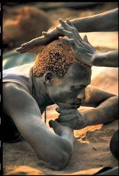 Tra i Dinca avere i capelli di color rosso dorato è considerato segno di bellezza. Averli del colore naturale, al contrario è segno di tristezza o di lutto (Beckwith/Fisher)