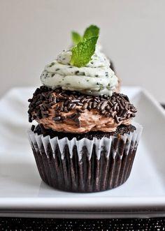 Cupcakes al cioccolato guarnita con menta fresca