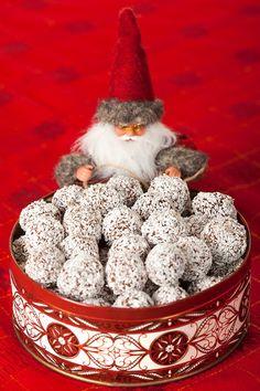 - Chokladbollar med glögg & pepparkakssmak Christmas Time, Christmas Goodies, Swedish Recipes, Xmas Food, Cakes And More, Kanel, Deli, Candles, Candle Sticks