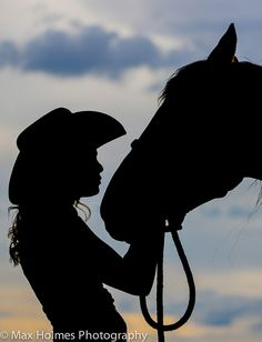 Silhouette, cowgirl and horse, calm Foto Cowgirl, Cowgirl And Horse, Horse Girl, Horse Love, Cowboy Art, Silhouette Painting, Horse Silhouette, Kissing Silhouette, Horse Photos