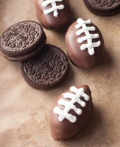 Football Shaped Oreo Truffles Oreo Truffles shaped like little footballs! Perfect for your Superbowl Party! It's Superbowl time everybody! And as you can imagine, living in Boston the Superbowl fever has reached an all time hig. Super Bowl Party, Super Bowl Dessert Ideas, Football Desserts, Football Recipes, Football Treats, Football Cookies, Football Parties, Superbowl Party Food Ideas, Tailgate Desserts