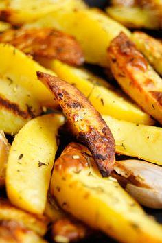 Szybkie i proste pieczone ziemniaki z czosnkiem i ziołami (2 składniki) Gluten Free Recipes, Vegetarian Recipes, Polish Recipes, Food To Make, Side Dishes, Good Food, Food And Drink, Potatoes, Favorite Recipes