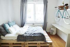 Selbstgemachtes Bett aus Paletten und tolle Fahrrad-Aufhängung fürs WG-Zimmer