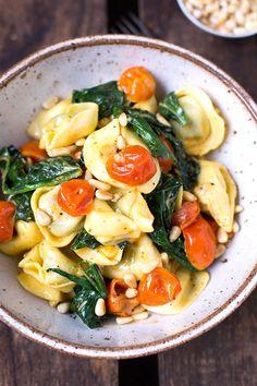 Tortellini mit Tomaten-Sahnesauce und Spinat. Dieses 8-Zutaten Rezept ist einfach, in 20 Minuten fertig und SO gut - Kochkarussell.com