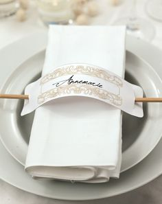 Empfangen Sie Ihre Gäste mit einer eleganten und doch pfiffigen Platzkarte an ihrem Sitzplatz. Diese Vorlage können Sie entweder von Hand beschriften oder in einem Bildbearbeitungsprogramm bearbeiten, bevor Sie sie ausdrucken.  ----- Give your napkins a little extra touch of classy style with this easy printable to stun your guests at your wedding reception.