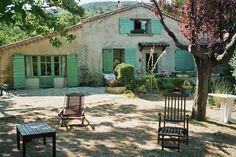 Esse tom de verde com o fundo claro ficou bonito. maison provencale de rêve