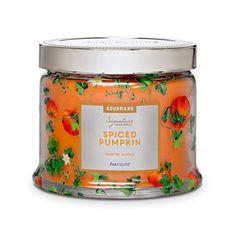 G73842 - Pot à bougie 3 mèches Citrouille épicée. Ce doux mélange de citrouille et d'épices relevé de gingembre et de cannelle vous réchauffera le coeur à l'arrivée de l'automne.