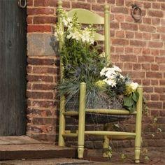 Bloemstuk in de zitting van een oude stoel. Zelfmaakplan uit Landleven 7 2014.