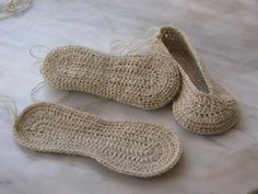 Ravelry: Marinasc slipper's sole free crochet pattern by marina marinasognaecrea Diy Tricot Crochet, Bonnet Crochet, Mode Crochet, Crochet Slippers, Knit Or Crochet, Crochet Crafts, Crochet Stitches, Crochet Projects, Ravelry Crochet