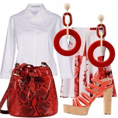 Una gonna con stampa fantasia, una camicetta che sembra una giacca e accessori rossi: sandali con tacco in sughero, borsa a secchiello e orecchini con cerchi pendenti, tutto in bianco e rosso.