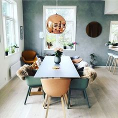 Who doesn't love a touch of copper to their interiors? Good morning new week Repost from You can see more from my home in their newest edition Photo: Irene S. Fine Dining, Dining Area, Kitchen Dining, Dining Chairs, Family Kitchen, Dining Rooms, Dining Room Inspiration, Home Decor Inspiration, Beautiful Kitchens