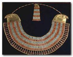 La joyeria egipcia es una muy particular y exclusiva de esa civilización respecto a su estilo y forma de realización.eran metales (oro, plata) y piedras como la turquesa, jaspe y otras piedras semi-duras. En sus imágenes se pueden reconocer el uso de pulseras/muñequeras, pendientes, tobilleras, brazaletes y, se destaca, un collar/pectoral, posteriormente conocido como VALONA; elaborado con varias vueltas de piedras preciosas con montura de oro y entrelazados por cadenas de oro.