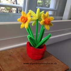Pipe cleaner daffodil, come with a tutorial! check out the site www.pipecleanercrafts.co.uk