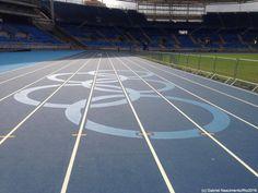 Anéis olímpicos são pintados na pista de atletismo do Estádio Olímpico #globoesporte