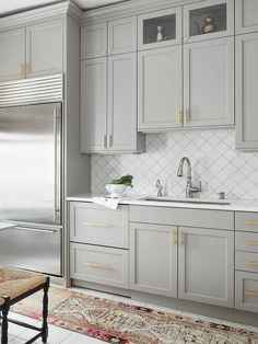 Modern gray cabinet with white arabesque backsplash tile 2 This glossy polish glazed porcelain created an antique pattern for install project for bathrooms and kitchens. Kitchen Ikea, Grey Kitchen Cabinets, Rustic Kitchen, Kitchen Backsplash, Kitchen Furniture, Kitchen Decor, Mosaic Backsplash, Kitchen Hacks, Kitchen Countertops