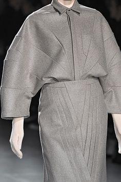 289 details photos of A.F. Vandevorst at Paris Fashion Week Fall 2009. Geometric Fashion, Fashion Details, Fashion Design, Weird Fashion, Tailored Jacket, Fabric Manipulation, Mode Inspiration, Fashion Fabric, Darts