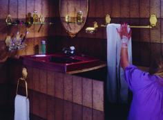 Kimalletta ja krumeluuria Smedbon 1970-luvun kylpyhuoneessa.
