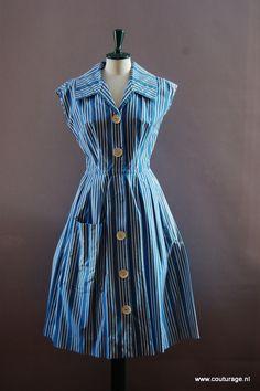 Doorknoopjurk van blauw katoen met witte strepen (1950E014)