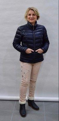 Tips/ advies/ kledingtips/ figuurtips voor de kleine vrouw | Style Consulting Bomber Jacket, Winter Jackets, Ovens, How To Make, Fashion Tips, Hacks, Fashion Hacks, Fashion Advice, Winter Vest Outfits