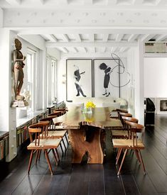 A statue of the Hindu goddess Parvati holds court over the table - black American walnut combined with a set of Fifties George Nakashima… Dining Room Storage, Dining Room Wall Decor, Dining Rooms, Style At Home, Art Et Design, Design Design, Design Ideas, Esstisch Design, Manhattan Apartment
