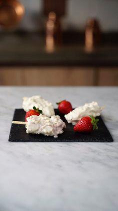 A incrível combinação de morango com chocolate branco em um irresistível picolé!