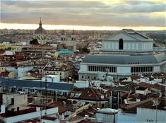 Madrid. Callao ,  el Teatro Real  y al fondo la Catedral de la Almudena