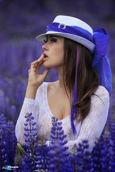Purple Lavender discovered by Danièle L on We Heart It Poses Photo, Merian, Girls With Flowers, Digital Art Girl, Lavender Fields, Cute Hats, Shades Of Purple, Purple Sage, Belle Photo