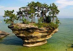 Nabo Rock , Michigan, nos EUA é o resultado de milhares de anos de erosão por ondas de tempestade.