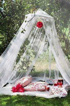 150 Sweet & Romantic Valentine's Home Decorations That Are Really Easy To Do - Hike n Dip Valentine's Home Decoration, Romantic Picnics, Wedding Decorations, Picnic Decorations, Bedroom Decor, Backyard, Valentines, Garden, Outdoor Decor