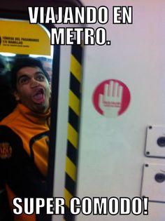 Viajando en el metro muy cómodo