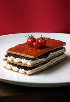 Recette de mille-feuille salé aux tomates séchées et fromage frais, parfaite entrée pour un repas de Noël