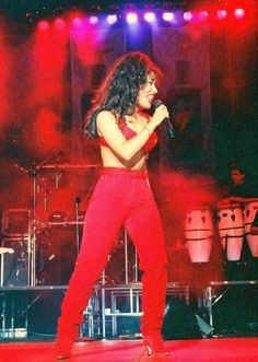 Beautiful Selena performing in a classic outfit of hers Selena Quintanilla Perez, Selena And Chris, Selena Selena, Selena Costume, Divas, Jenni Rivera, Duchess Kate, Grace Kelly, Celebrity News