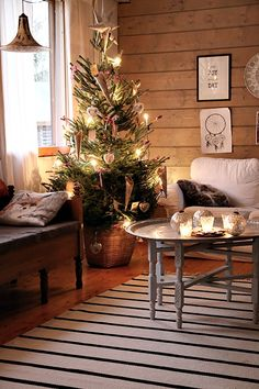 30 Soothing Christmas Tree Ideas That Make Your Can't Be Patient Traditional Christmas Tree, Scandinavian Christmas, Scandinavian Interior, Christmas Is Coming, Winter Christmas, Christmas Home, Christmas Ideas, Interior Design Living Room, Living Room Designs
