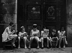 EUGENI FORCANO (1926-2018). Ha sido considerado uno de los más grandes fotógrafos de la segunda mitad del siglo XX en Cataluña. Autodidacta, intuitivo y vitalista.En 2012 recibó el  Premio Nacional de Fotografía, que otorga el Ministerio de Educación, Cultura y Deportes, aparte de otros múltiples reconocimientos. Pasión por la lectura. Bajada de Santa Clara. Barcelona, 1962