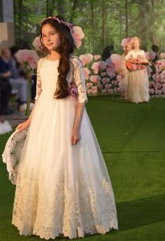 #BeHippie #BeDifferent #BeMonAir #MonAirComuniones #PaseoMagico #DiaMagicobyFIMI #Comuniones2018 #PequeñaFashionista Wedding Dresses For Girls, Wedding Bridesmaid Dresses, Girls Dresses, Flower Girl Dresses, Girls Christening Dress, Première Communion, First Communion Dresses, Kids Frocks, Baby Dress