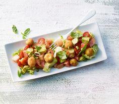 In diesem Salat vereinen wir viel Feines zu einer wunderbar leichten und erfrischenden Mahlzeit für warme Frühlingsabende.