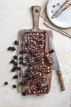 Vir my is sjokolade en neute 'n wenkombinasie. Die tert is so ryk, jy kan gewoonlik net 'n klein stukkie op 'n slag eet. Genoeg vir 8 – 10 – 200 g sjokoladekoekies (Romany Creams) – 60 ml gesmelte botter … Healthy Sweet Treats, South African Recipes, Kos, Favorite Recipes, Sweets, Bread, Snacks, Baking, Tableware