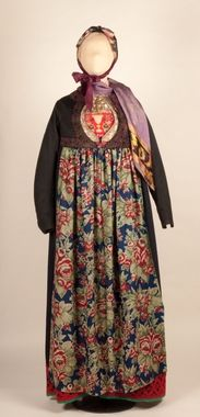 Kone fra Flå, Nedre Hallingdal i Flå bunad Kona står utstilt i den faste bunadutstillingen på Hallingdal Museum, Nesbyen. Folk Costume, Costumes, Hippy Fashion, Hardanger Embroidery, Bridal Crown, Fashion History, Norway, Bohemian, Traditional