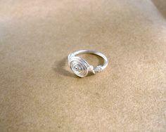 Schlichter, zierlicher Ring aus Silberdraht mit einem kleinen Rocaillesperlchen in rose/silber      _Bitte geben Sie beim Kauf Ihre Ringgröße an; Ich