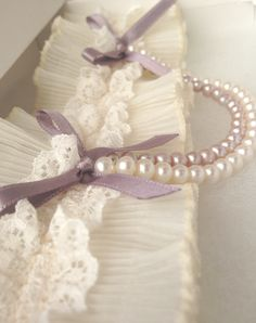 pretty idea for my garters (especially my vintage lace ones!)  :)