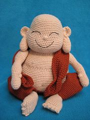 This PDF pattern describes in US terminology how to crochet a laughing Buddha as shown on picture, including the cloth.