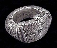 *|* Large hollow, hinged anklet, referred to as natal or ental. Often described as Omani, typical of Nizwa and Rostaq.