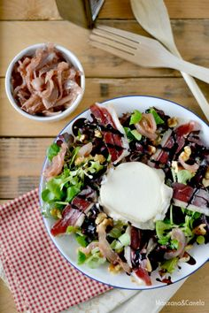 Ensalada templada con cebolla caramelizada con fresa, jamón de pato, nueces y queso de cabra. Warm salad with caramelized onions with strawberry, duck ham, walnuts and goat cheese