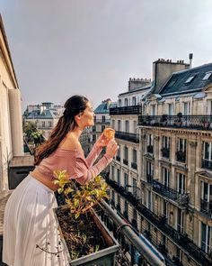 Want to look Parisian chic but stay warm this winter? Here are 10 tips on what to wear when visiting Paris when it's freezing cold outside. Paris Street Fashion, Paris Winter Fashion, Paris France Fashion, India Fashion, Japan Fashion, Style Fashion, Paris Airbnb, Paris Balcony, Vie Simple