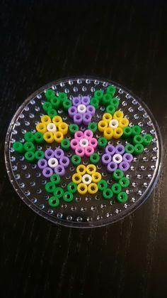 simple flower perler hama bead pattern on round board Easy Perler Bead Patterns, Melty Bead Patterns, Diy Perler Beads, Perler Bead Art, Pearler Beads, Fuse Beads, Beading Patterns, Peyote Patterns, Hama Beads Design
