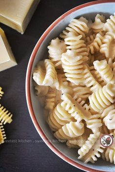 A quick and easy recipe for delicious macaroni and cheese that uses just 3 ingredients and is ready in under 10 minutes.