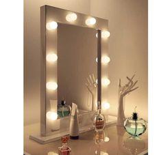 Populair model visagie spiegel met fraai wit houten kader