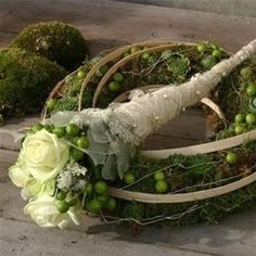 Wreath covered with moss, band, berries and horns with fresh flowers - www.artdelafleur7.nl