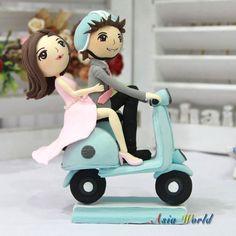 Hochzeitstorte Topper, Clay Brautpaar auf Vespa in blauen und rosa Thema, Hochzeit Ton Miniatur, Ton-Puppe, Ton-Figur